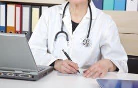 Como o médico deve agir em casos de denúncias perante o conselho de classe?