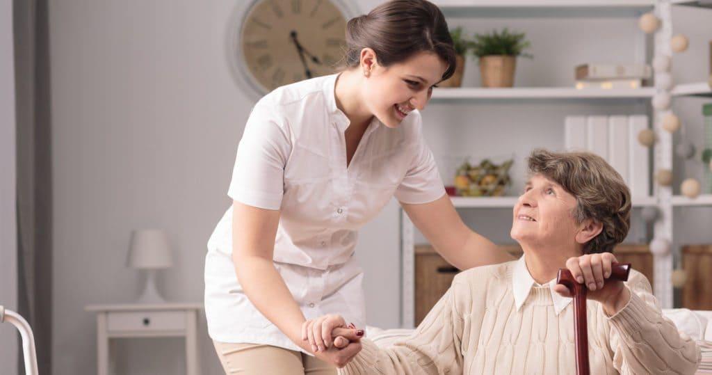 Home Care e o plano de saúde - Enfermeira cuidando de idosa