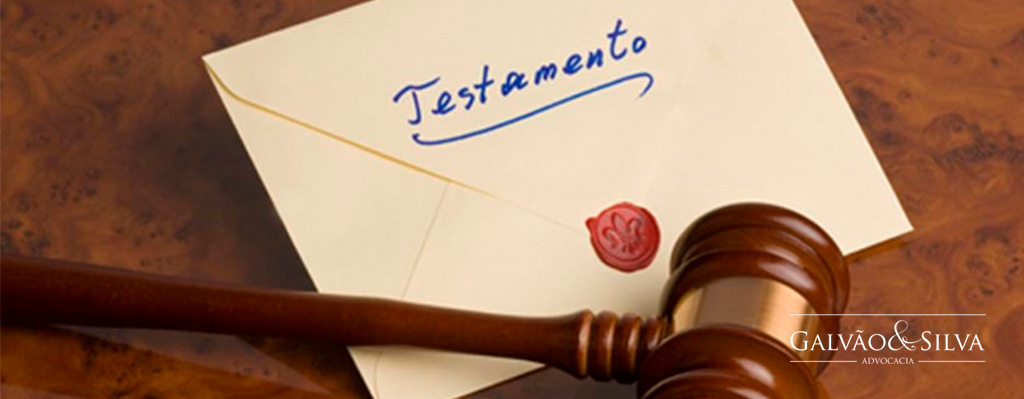 Carta escrito testamento com selo e martelo de juiz