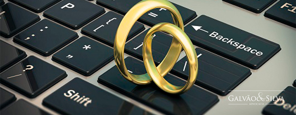 Duas alianças em cima de um teclado representação divórcio à distância