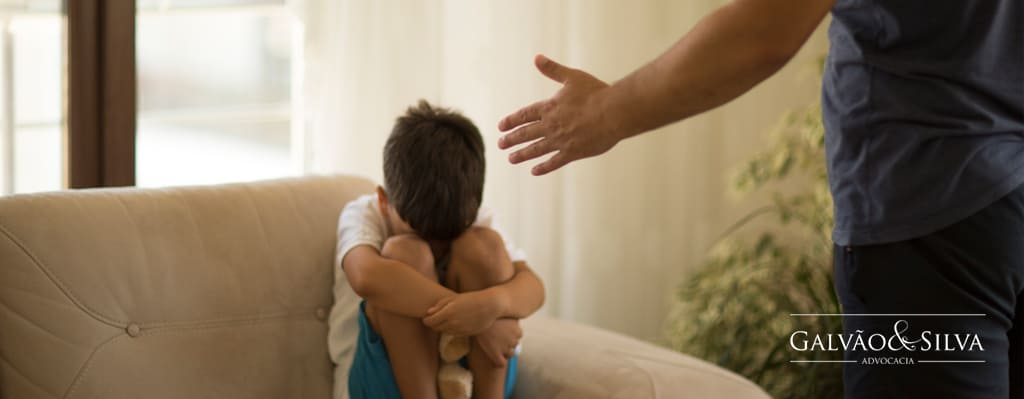 Criança se protegendo - Violência doméstica infantil